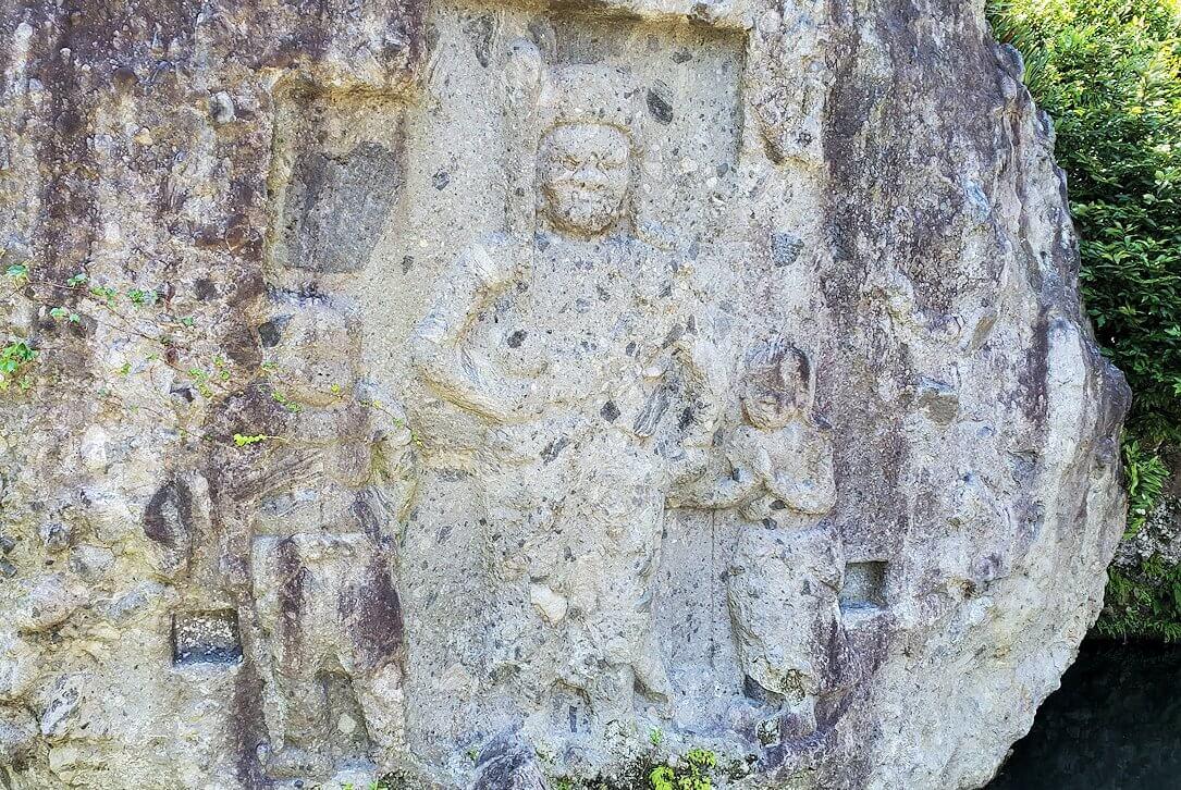 天念寺前の長岩屋川の中にある「川中不動」の岩