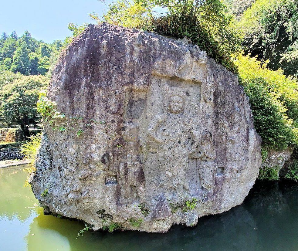 天念寺前の長岩屋川の中にある「川中不動」の岩-1