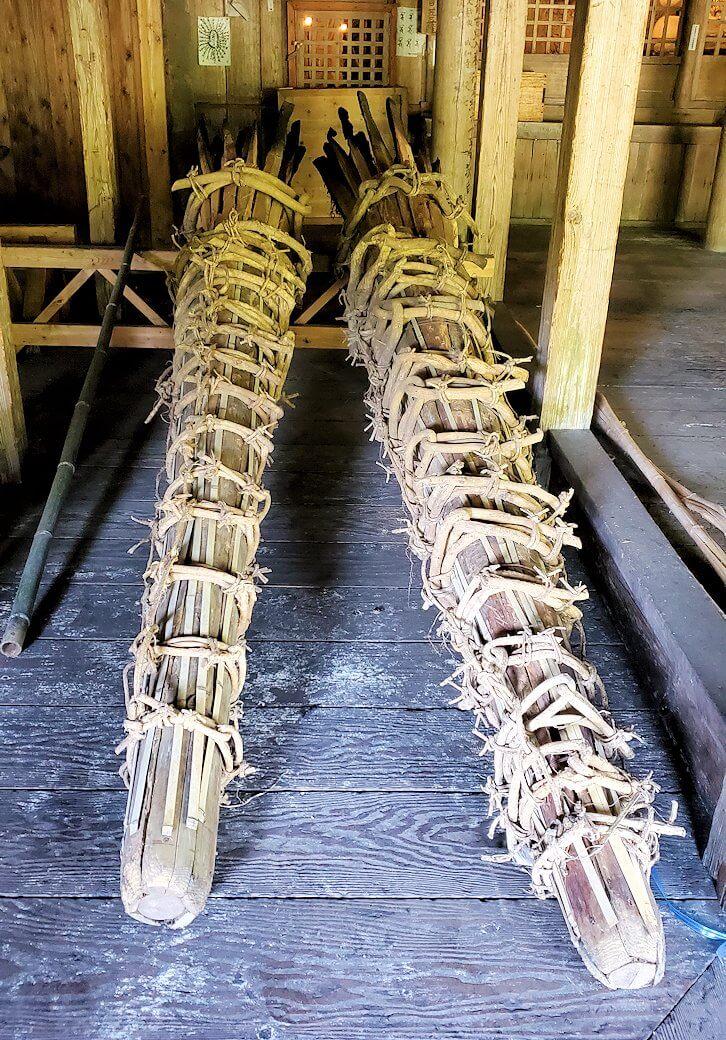 身濯神社内に置かれている、修正鬼会で使われる松明