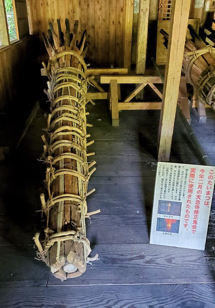 身濯神社内に置かれている、修正鬼会で使われる松明-1
