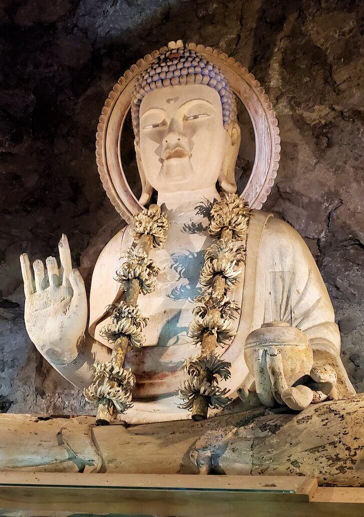 身濯神社内奥に飾られている仏像-1