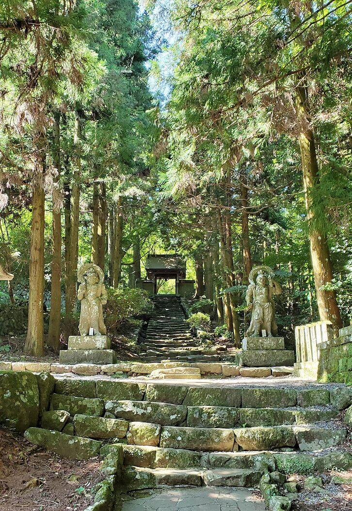 両子寺(大分県)の石段を進む