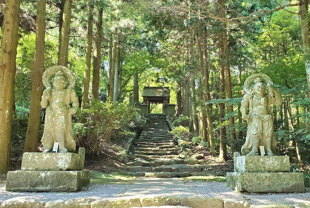 両子寺(大分県)の石段脇にある金剛力士像が見えてくる