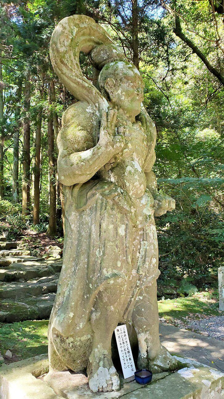 両子寺の石段脇にある金剛力士像-1-2