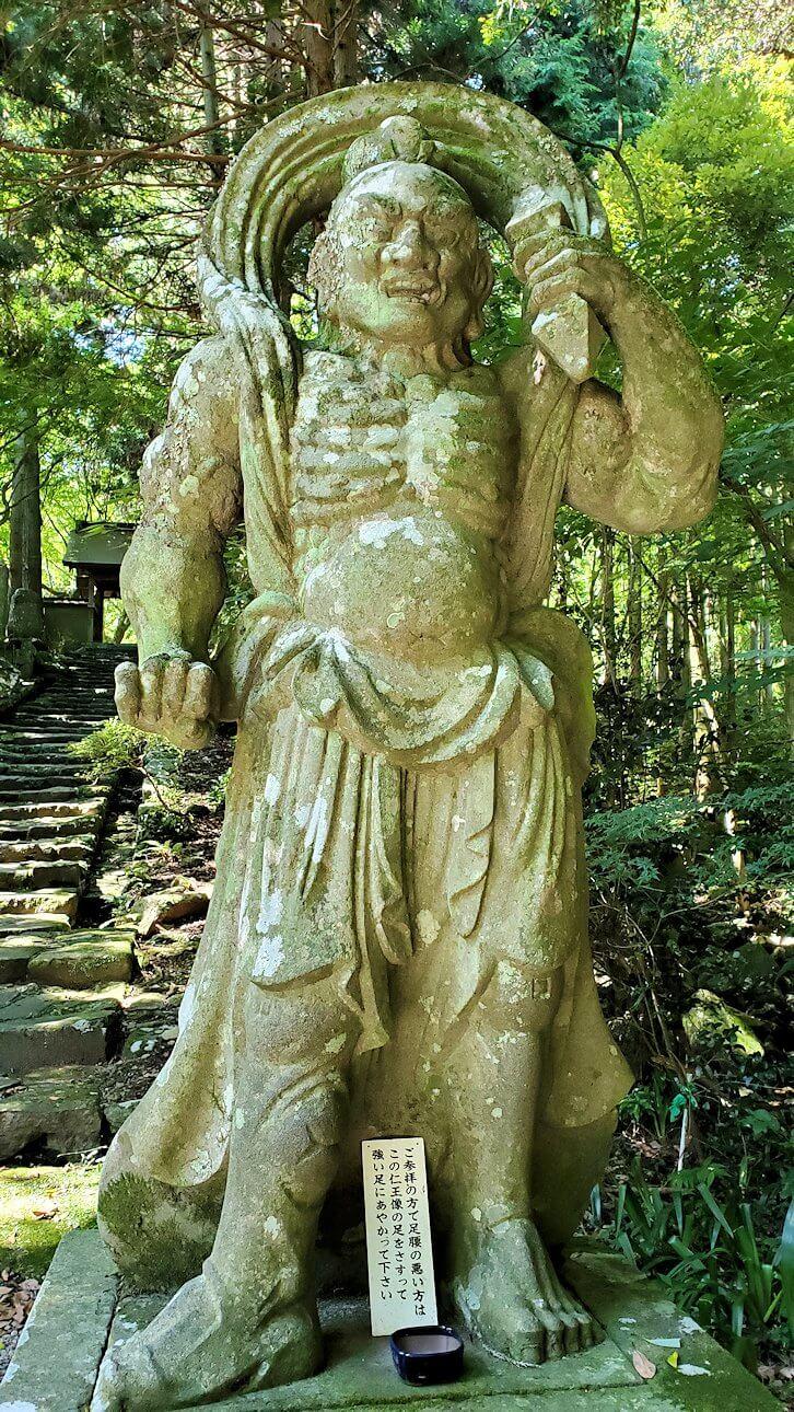 両子寺の石段脇にある金剛力士像-1-3