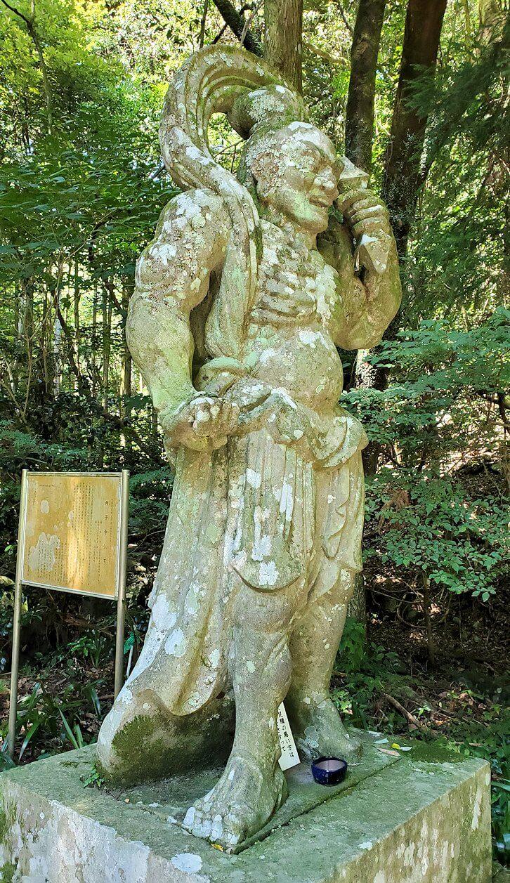 両子寺の石段脇にある金剛力士像-1-4