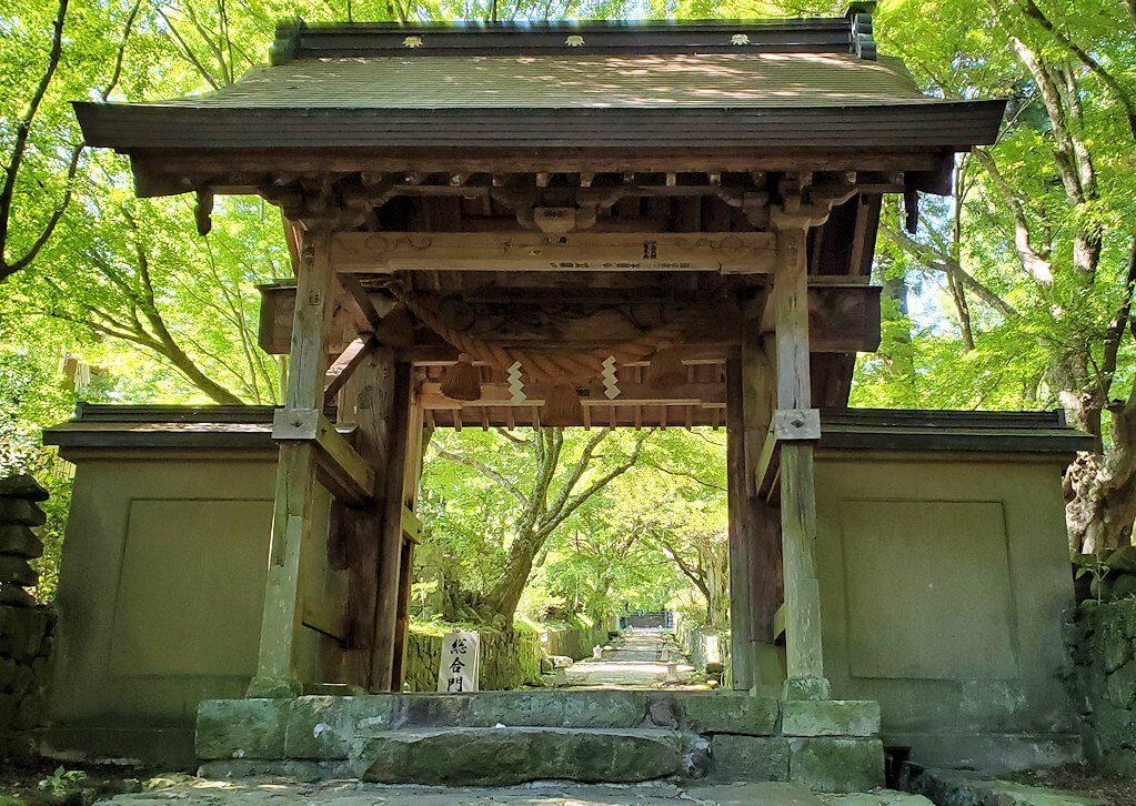 両子寺へと進む石段の先にある門