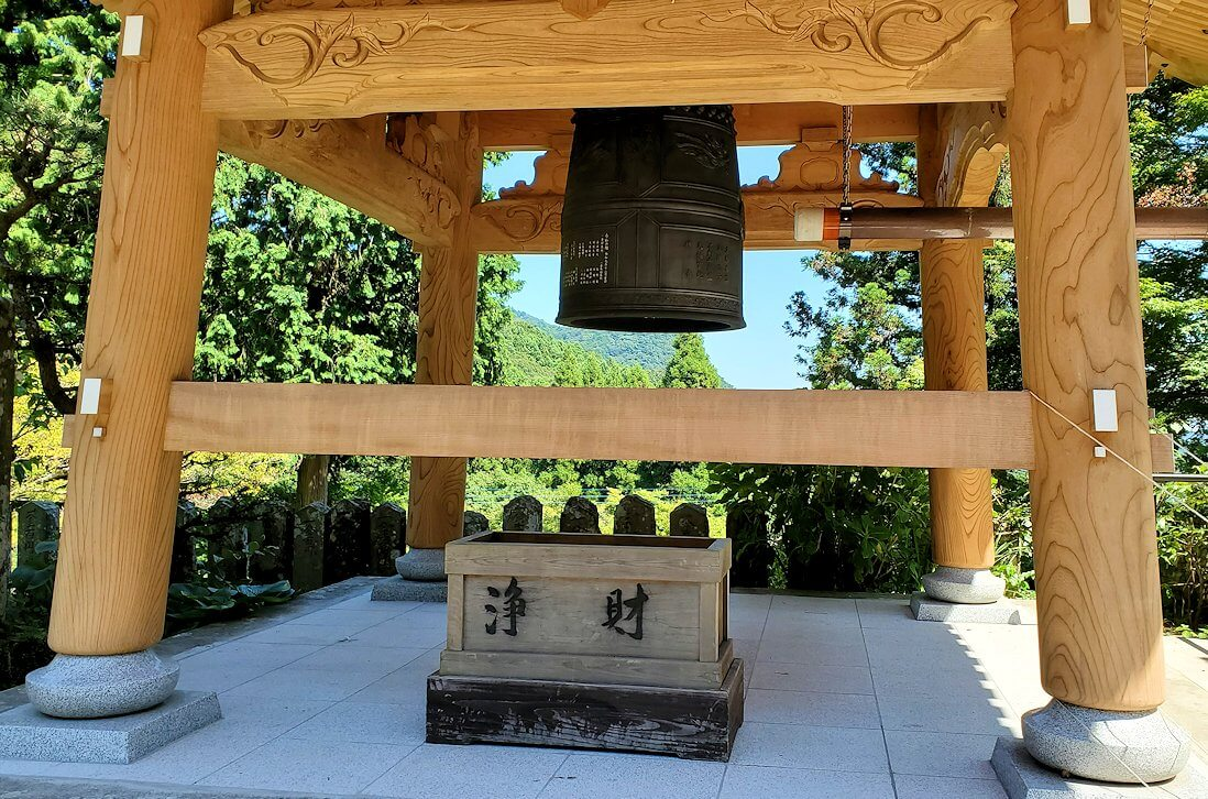 両子寺の境内にある鐘
