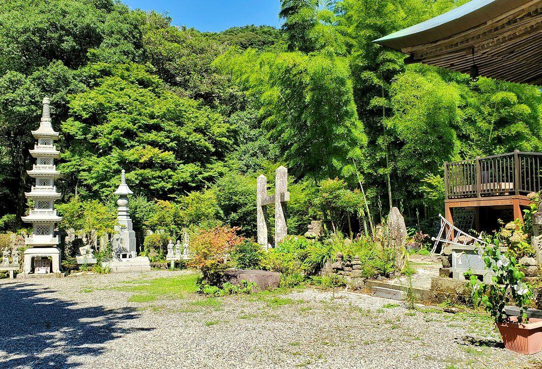 両子寺の境内にある像など-1