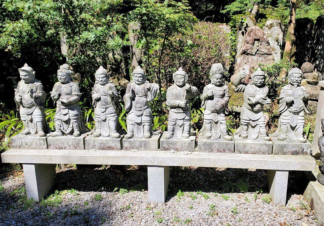 両子寺の境内に飾られている像-4