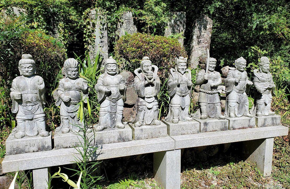 両子寺の境内に飾られている像-5