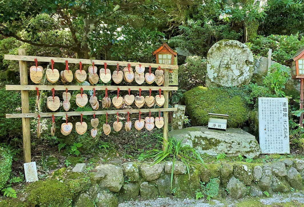 両子寺の境内に飾られている像などの景色