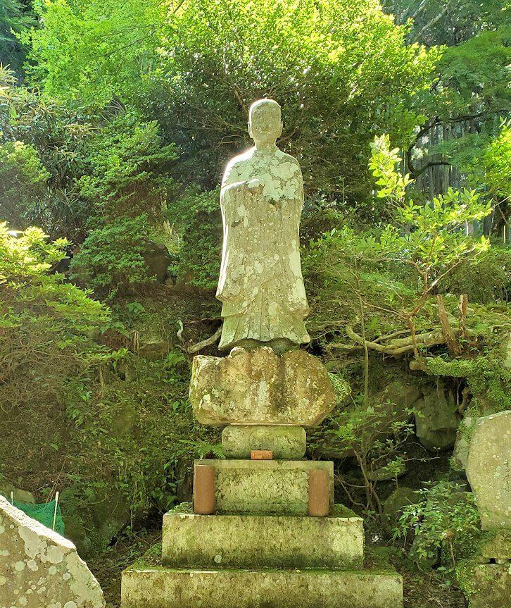 両子寺境内にあった僧侶の像