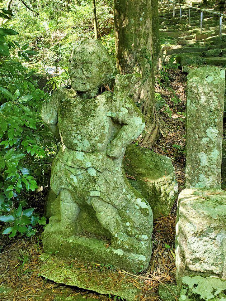 両子寺境内奥にある阿吽像