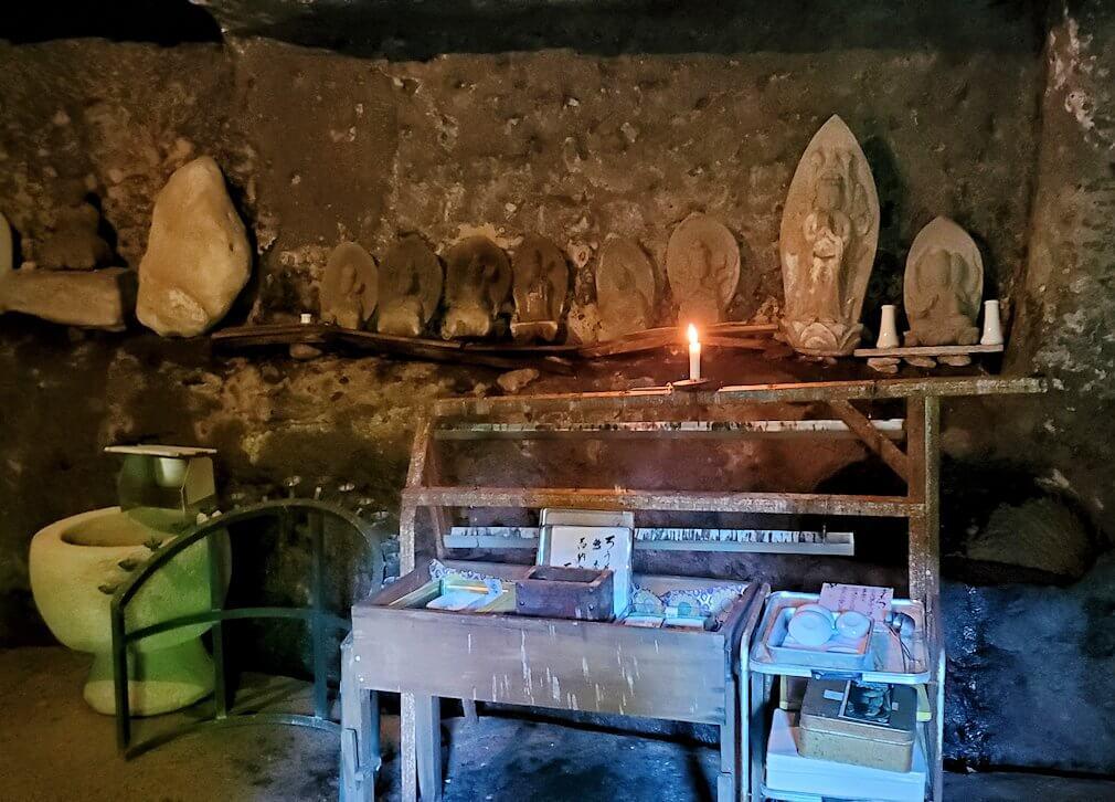両子寺境内奥にある奥の院の裏にあった祭壇-1