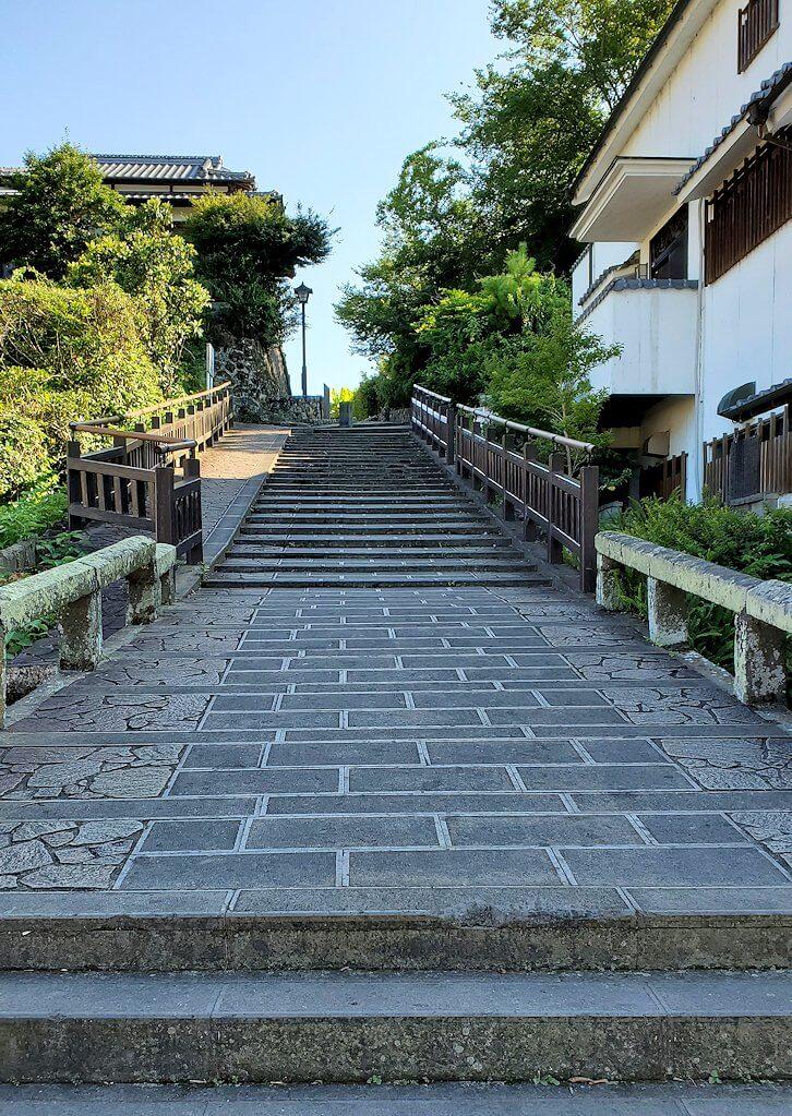 杵築市武家屋敷の下側にある商人町から見上げる坂-1