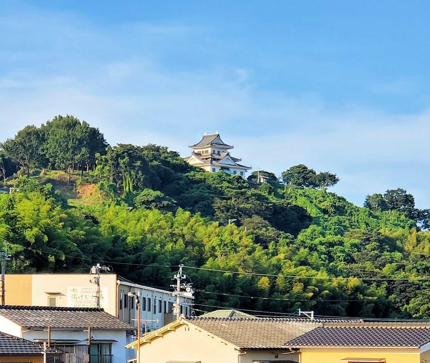 別府の温泉街から見える貴船城