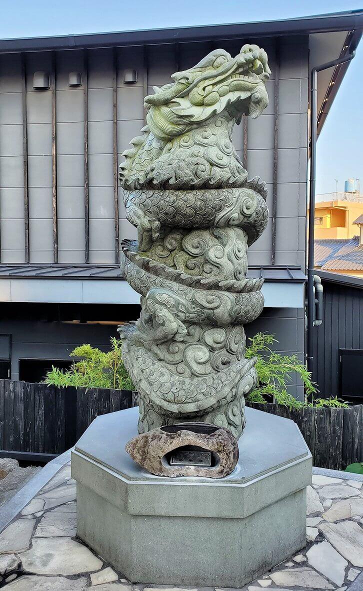 鉄輪温泉街にある神社の前に立つ龍の像