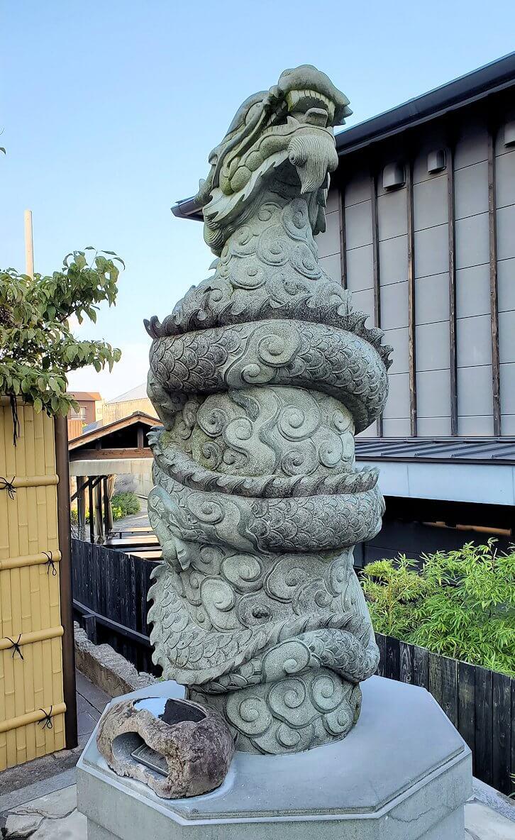 鉄輪温泉街にある神社の前に立つ龍の像-1