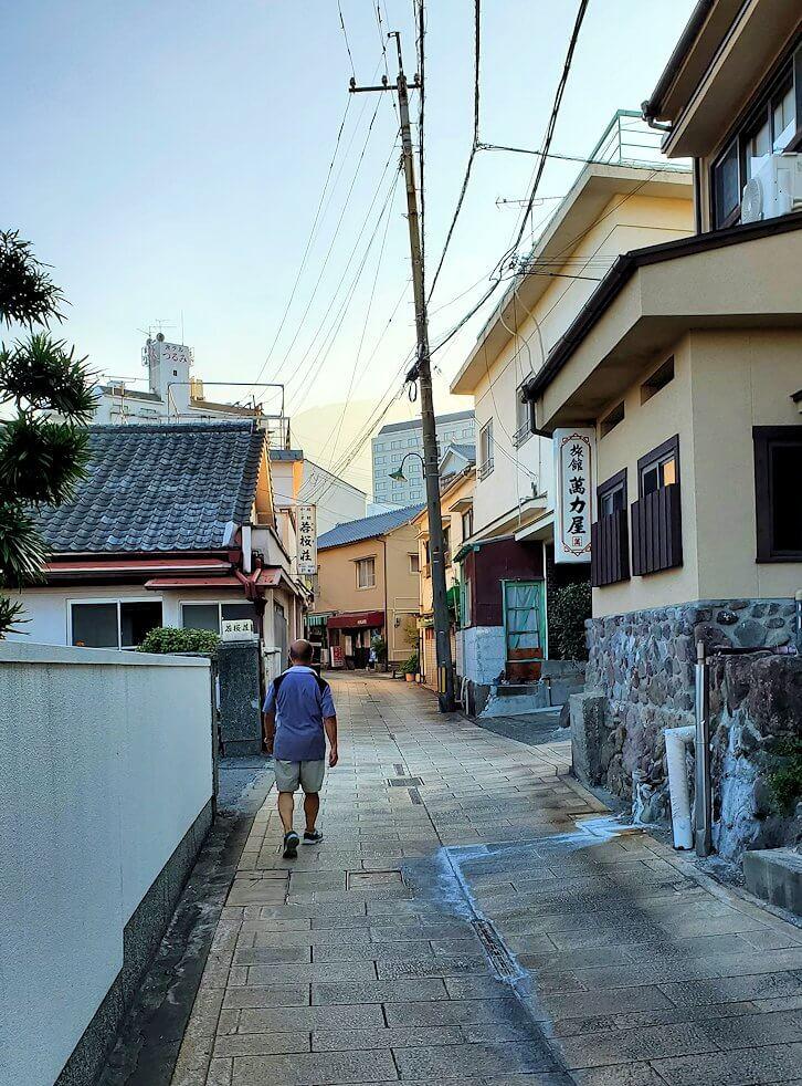 鉄輪温泉街の裏道を歩く