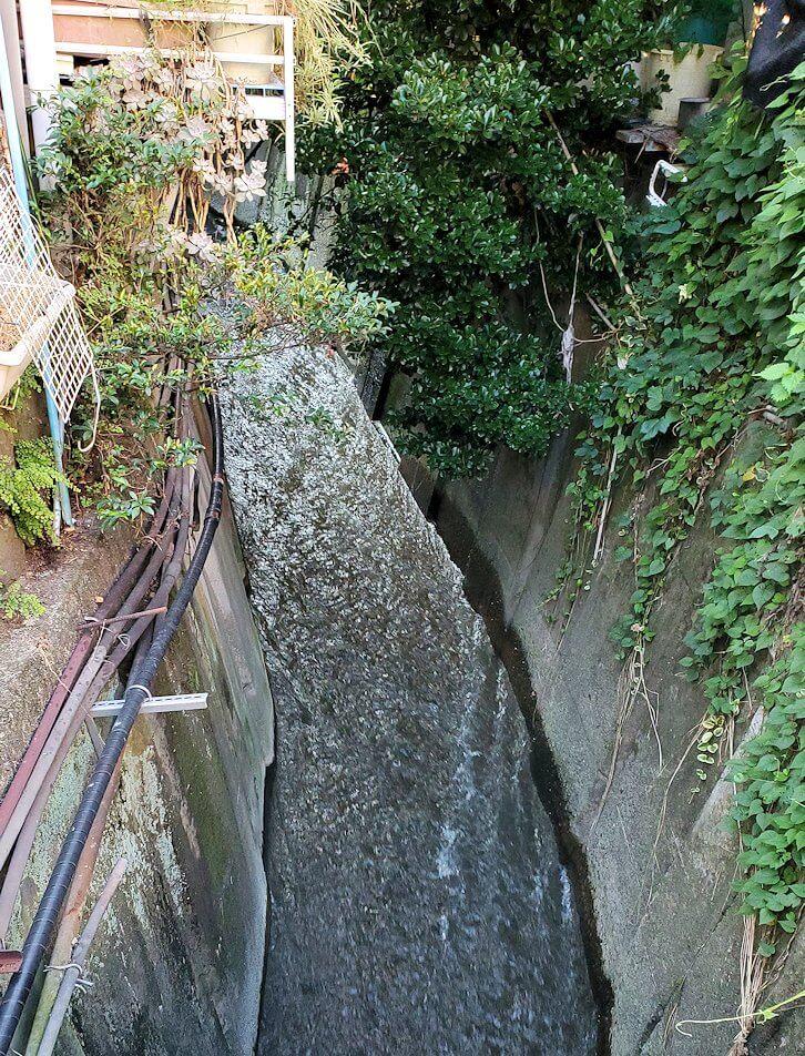 鉄輪温泉街の裏道を流れる川は温泉が流れている