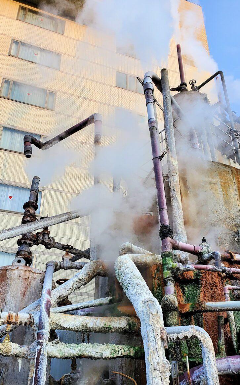 別府の鉄輪温泉街にある、地獄のように湯煙が湧き出ている景色-2