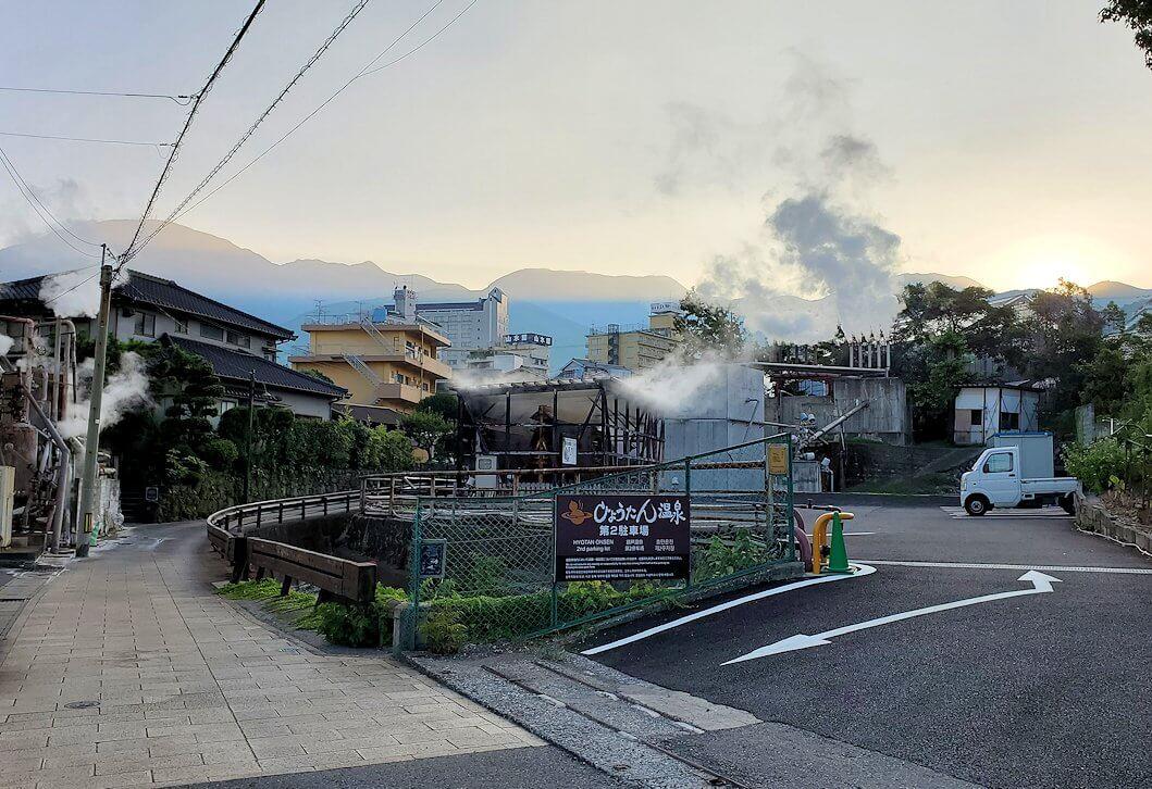 別府の鉄輪温泉街にある、地獄のように湯煙が湧き出ている景色-3