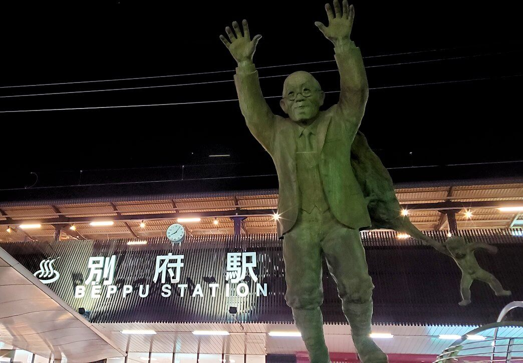 別府駅前に置かれている油屋熊八の像