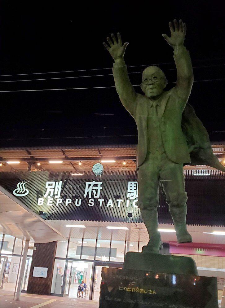 別府駅前に置かれている油屋熊八の像-1