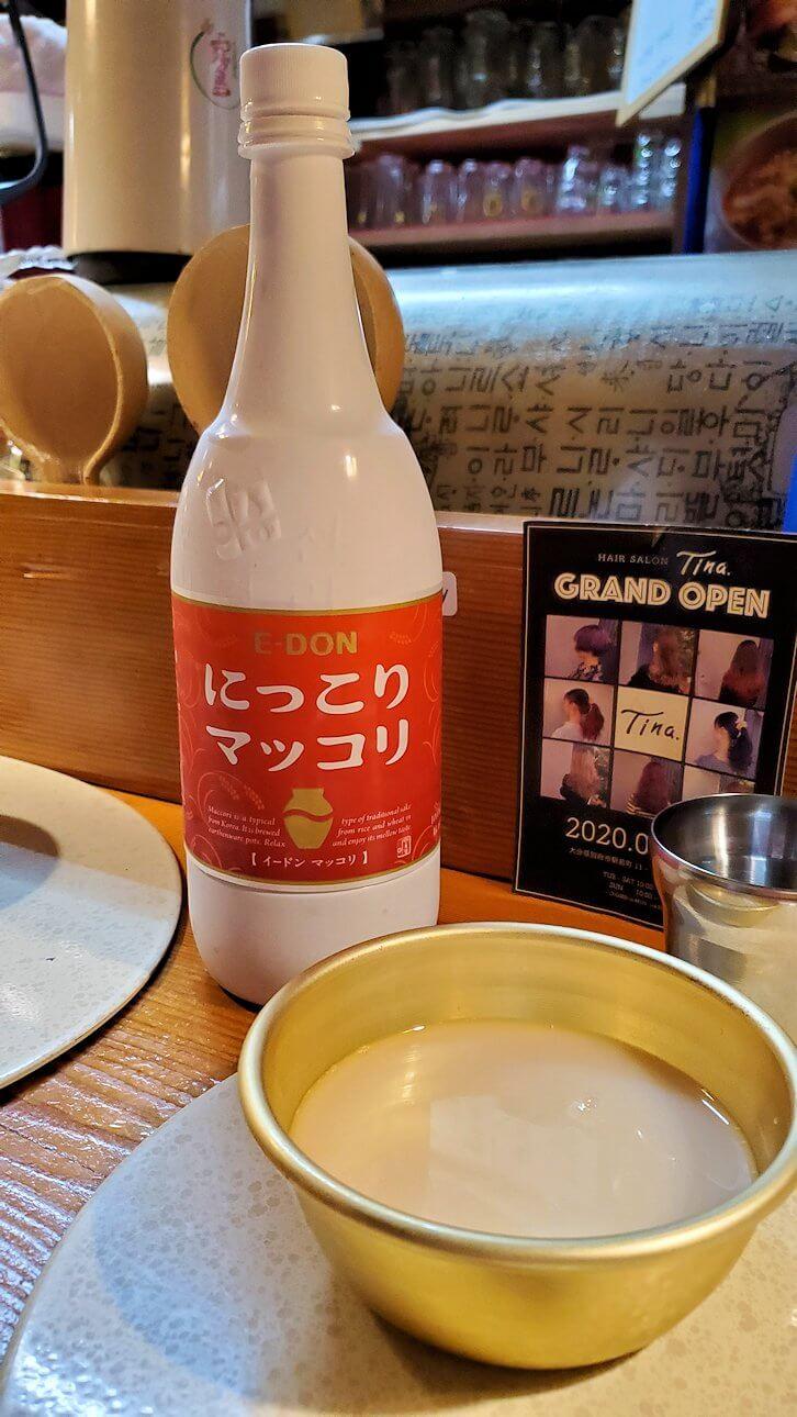 夜の別府温泉街で入った韓国居酒屋で、マッコリを注文