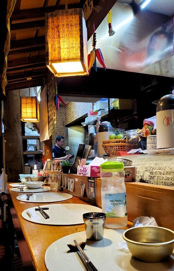 夜の別府温泉街で韓国居酒屋に入る