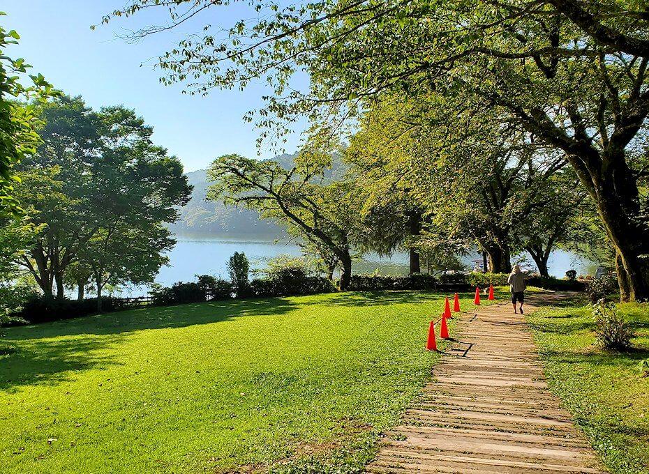 別府の街を出発して志高湖に寄り道し、その湖を眺める