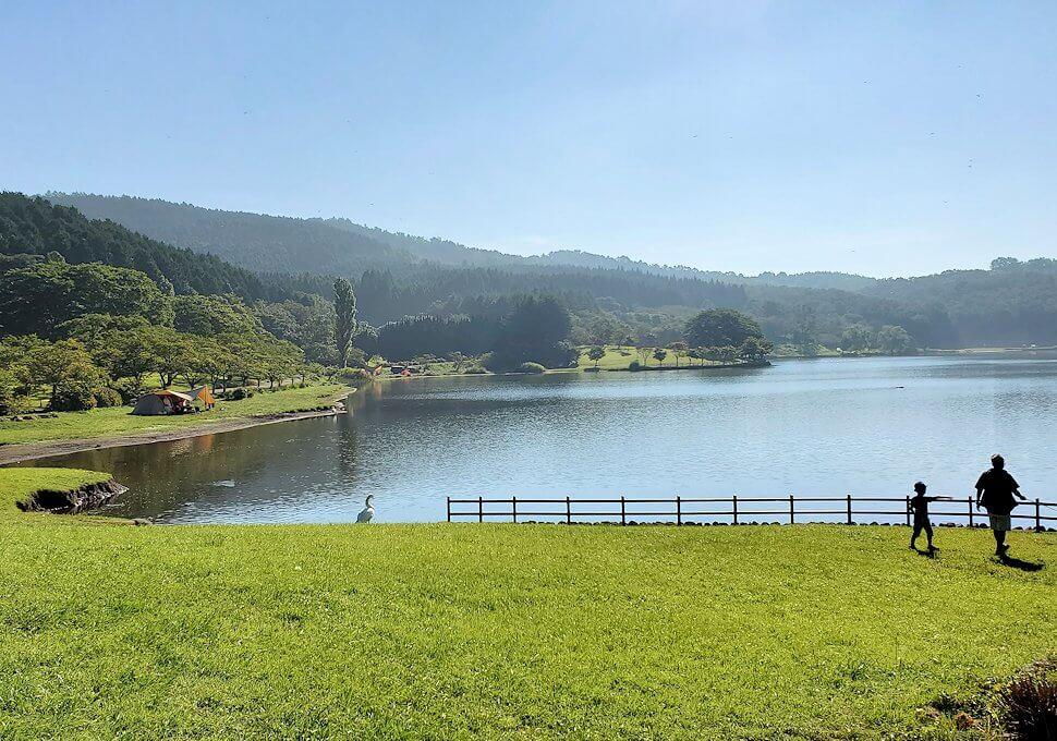 別府の街を出発して志高湖に寄り道し、その湖を眺める-3