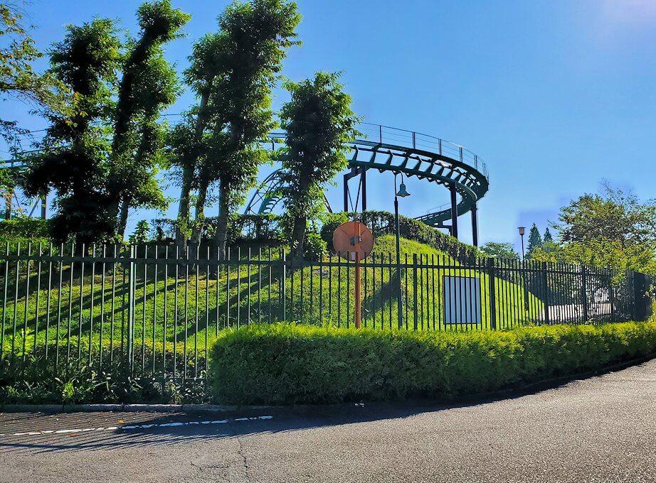 別府の城島高原パーク前を通過するし、アトラクションを外から眺める