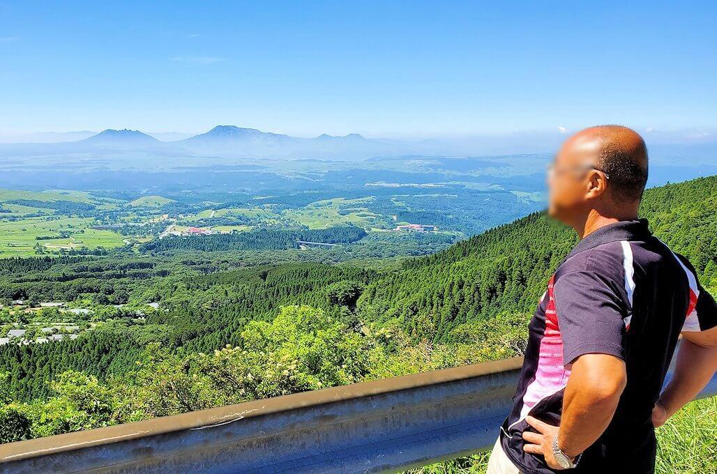 やまなみハイウェイ途中から見える、九重連山の景色を眺めるオジサン