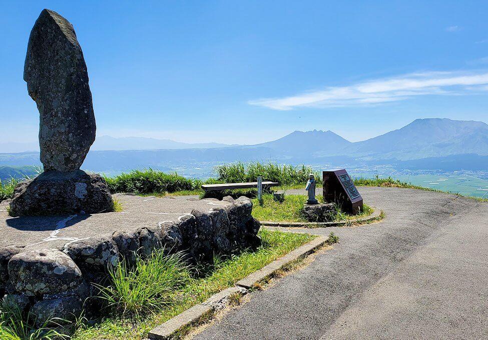 大観峰の頂上にある石碑など