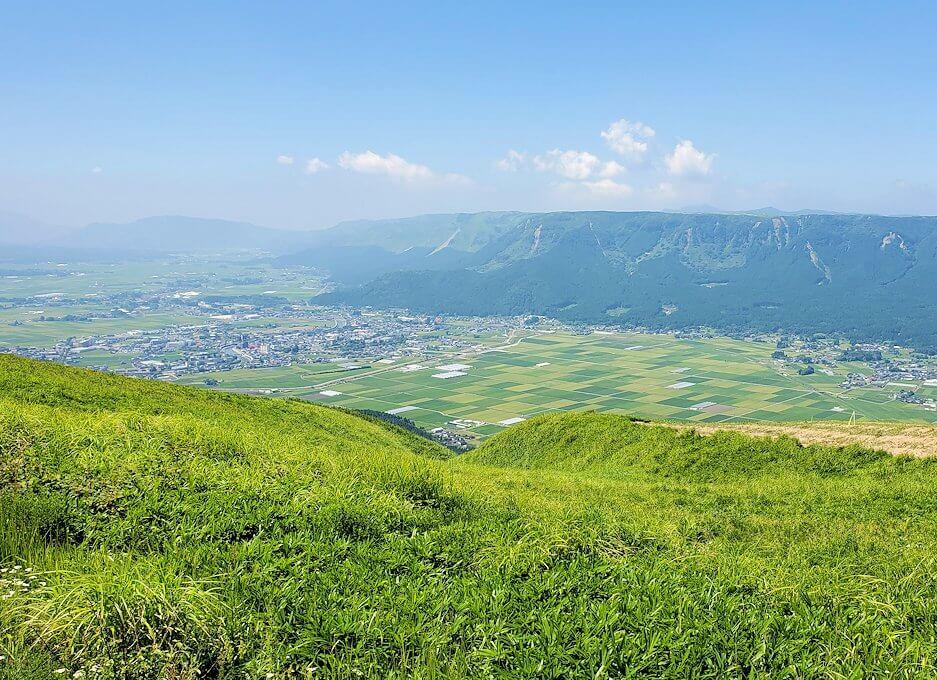 大観峰の頂上にから眺める阿蘇山-1