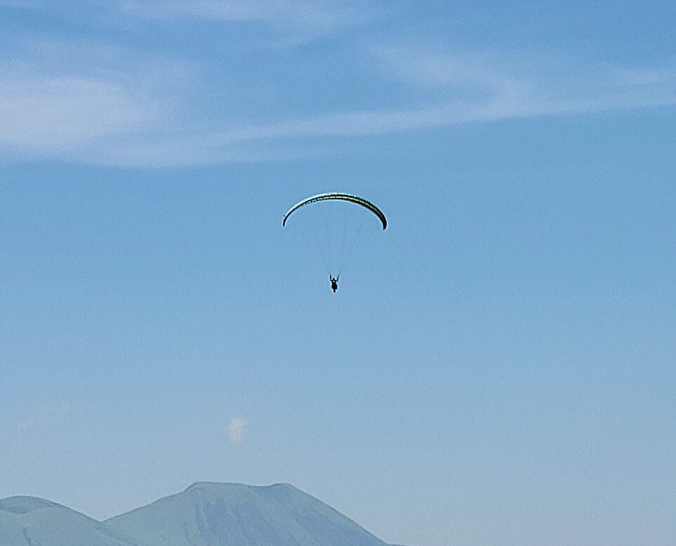 大観峰の頂上から展望台から見えたパラグライダ-