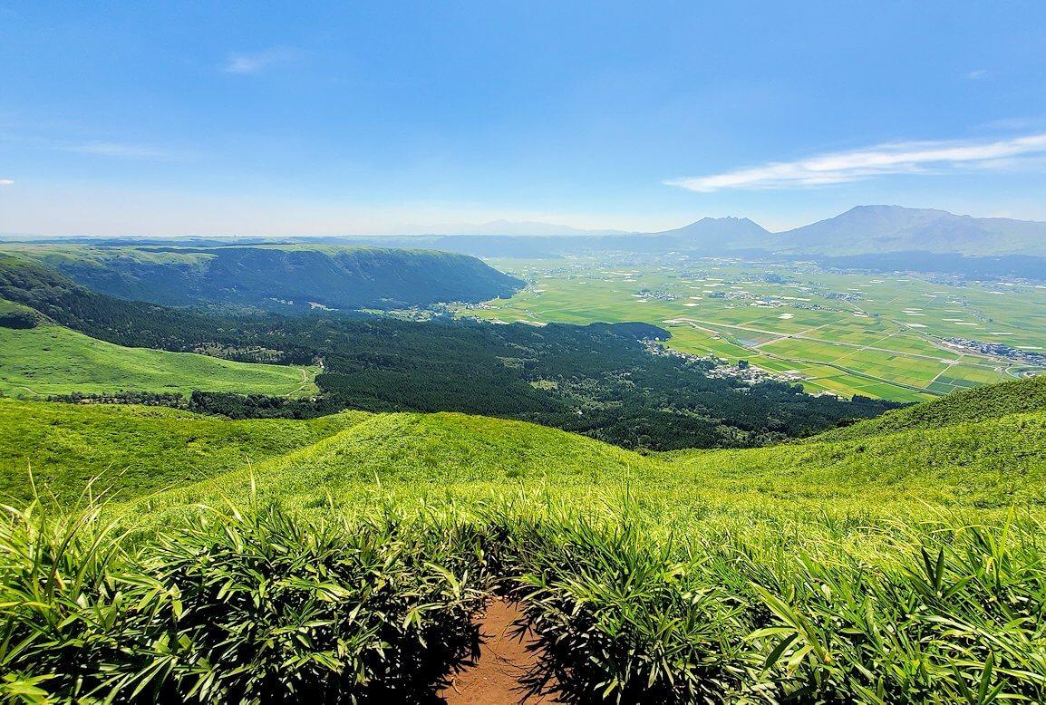 大観峰の頂上から展望台からの阿蘇山の景観