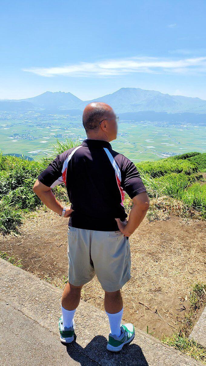 大観峰の頂上に立つオジサン