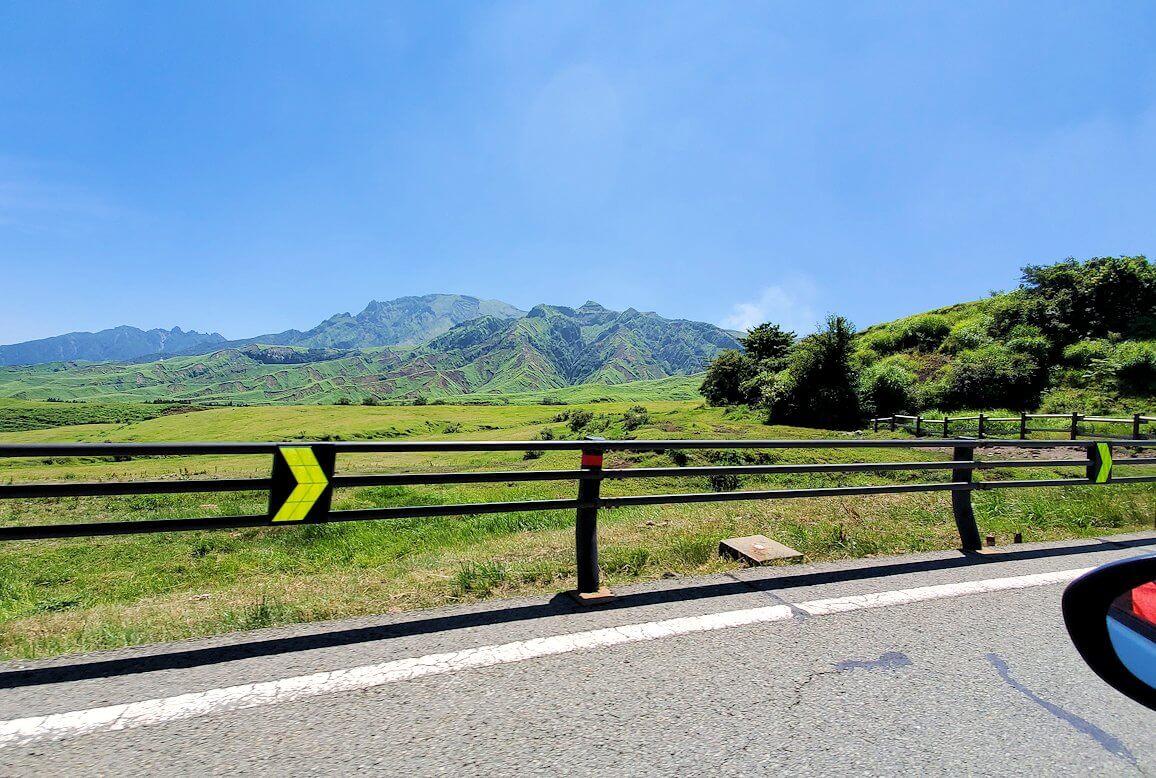 阿蘇山の火口へ向かう車の車内からの景色