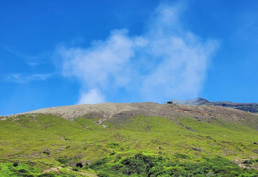 阿蘇の火口手前から見上げる中岳噴火口とその噴煙