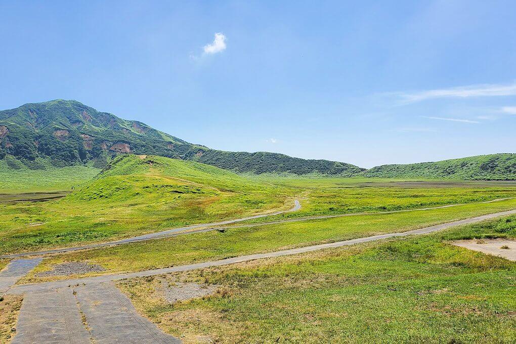 阿蘇の草千里ヶ浜の丘に立って、その景色を眺める