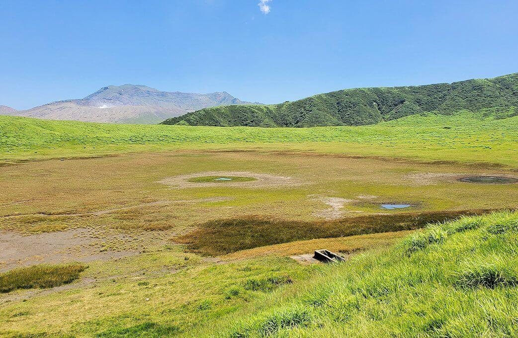 阿蘇の草千里ヶ浜の丘に立って、その景色を眺める-2