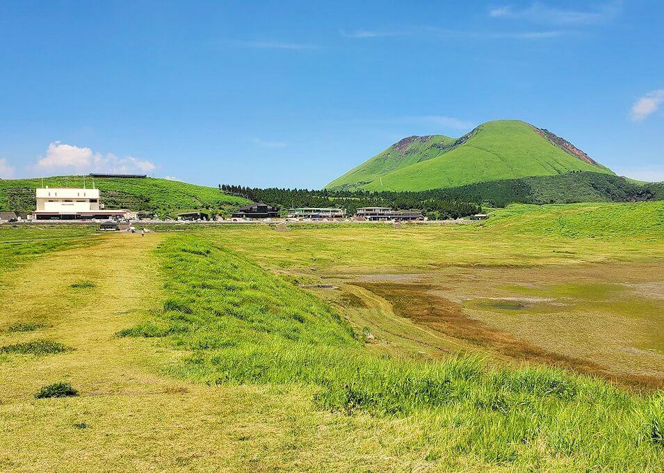 阿蘇の草千里ヶ浜の丘を歩いて進む-2