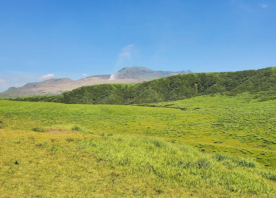 阿蘇の草千里ヶ浜の丘の上からの噴火口を眺める