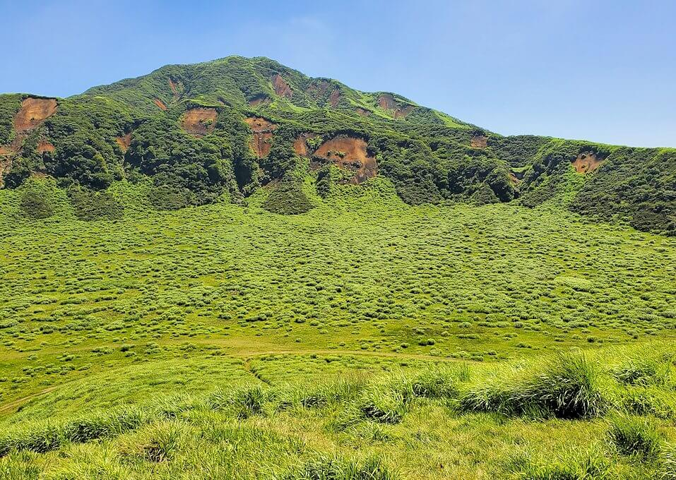 阿蘇の草千里ヶ浜の丘の上から周囲を眺める