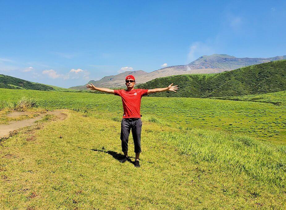 阿蘇の草千里ヶ浜の丘の上からの噴火口をバックに記念写真