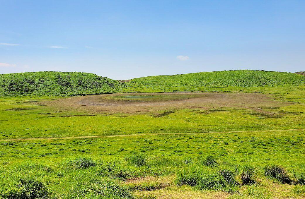 阿蘇の草千里ヶ浜の丘の上から周囲を眺める-1