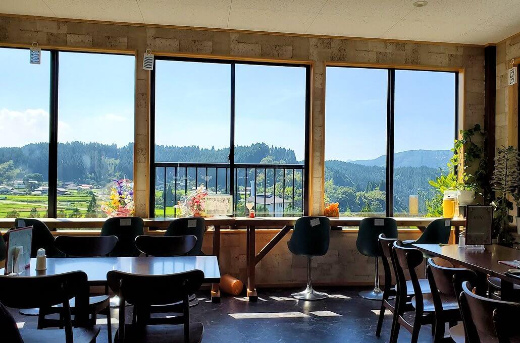 小国町にあるレストラン「風車」の内観
